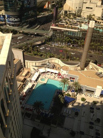 Planet Hollywood Resort & Casino: Room 3141 - Hollywood Hip Strip view King