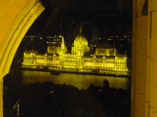 ‪‪Hilton Budapest - Castle District‬: View from the church during night‬
