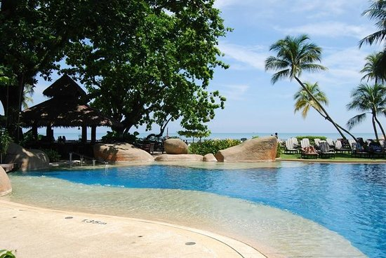 Shangri-La's Rasa Sayang Resort & Spa: Pool and beach