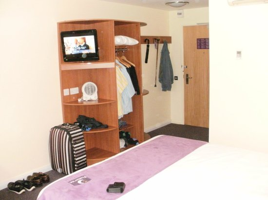 Premier Inn Bournemouth East: Room Unit Showing TV