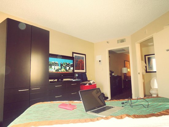 Embassy Suites LAX North: My bedroom