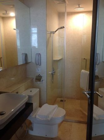Hatten Hotel Melaka: big bathroom, rain shower