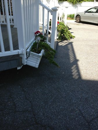 Columbia, MD: Falling flower box