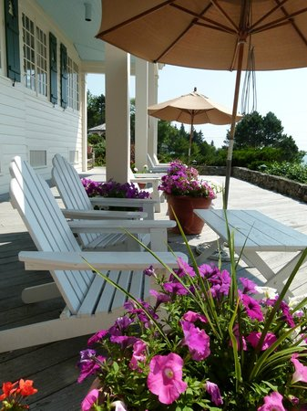 ‪‪Spruce Point Inn Resort and Spa‬: The front porch of the Inn‬