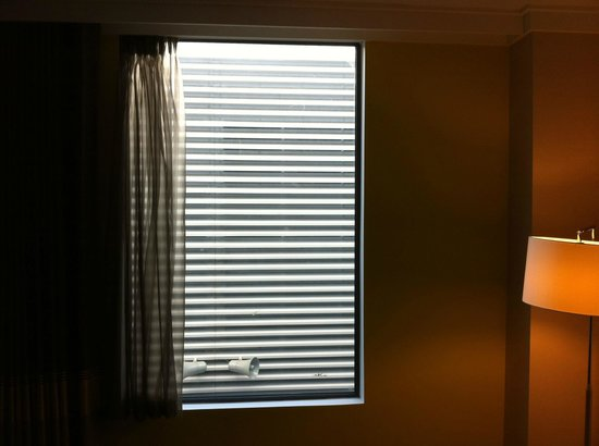 Wembley, UK: Dire view from inside facing rooms, even expensive ones