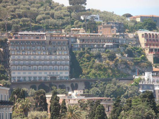 Bristol Hotel: View of the hotel from Sorrento