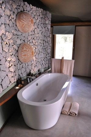 andBeyond Ngala Tented Camp: Bathroom