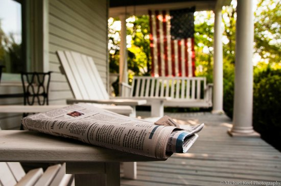Bennett House Bed and Breakfast: Classic porch to read your morning news and drink a cup of joe