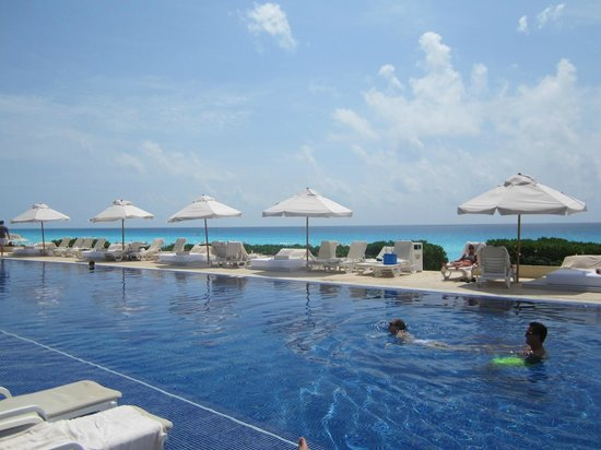Live Aqua Cancun All Inclusive: Beach view from pool