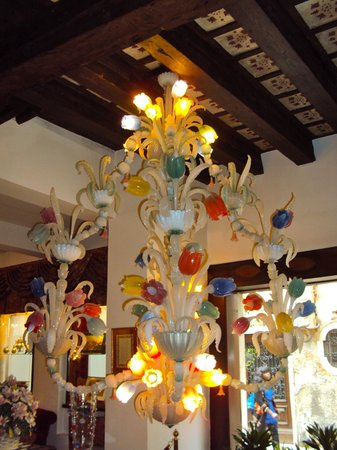 Giorgione Hotel: Venetian Glass Chandelier by Entrance
