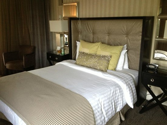 Omni Charlottesville: Nice comfy queen bed