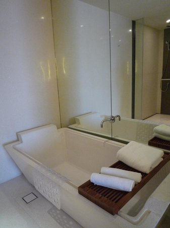 Hansar Bangkok: Large bath