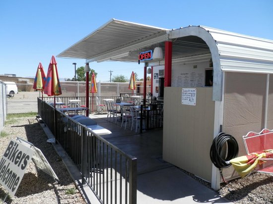 Benson, AZ: Wild Dogs outdoor patio
