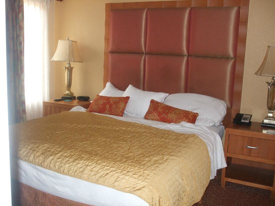 Desert Rose Resort: Large comfortable bed