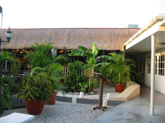 Manchebo Beach Resort & Spa: outside the restaurants