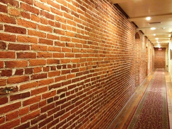 Lancaster Arts Hotel: awesome exposed brick hallway