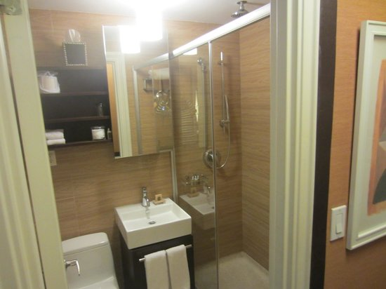 Empire Hotel: Room Bathroom