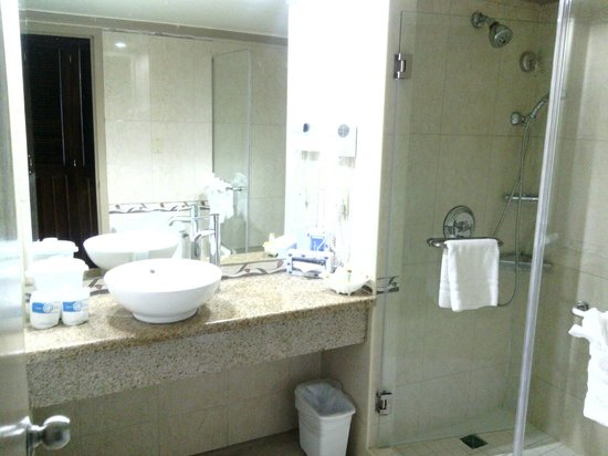 Breezes Resort Bahamas: Upgraded bathroom
