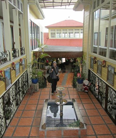 Hotel Don Carlos: Lobby and Grounds