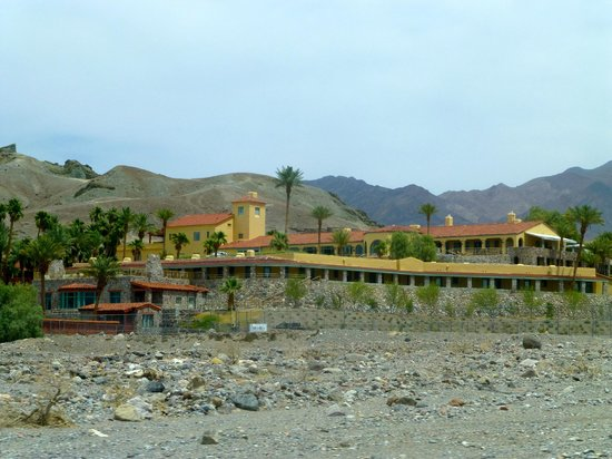 Furnace Creek Inn and Ranch Resort : View of the Hotel from route 190
