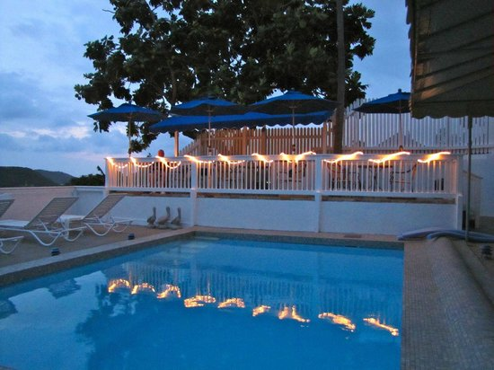 At Home In The Tropics Bed and Breakfast Inn: Pool area lit up at night