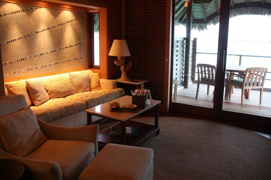 Four Seasons Resort Bora Bora: The living room in our bungalow