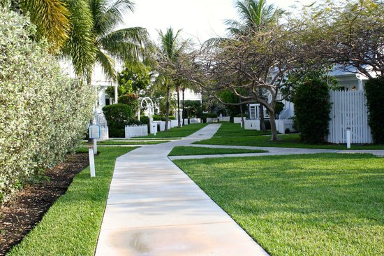 Tranquility Bay Beach House Resort: Lots of peaceful walkways throughout the complex