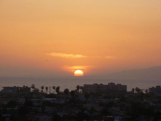 Marina del Rey, Kalifornien: Sunset photo taken from my 7th floor room balcony