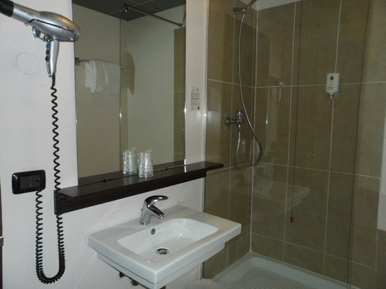 B&B Hotel Firenze City Center: The sink and shower.
