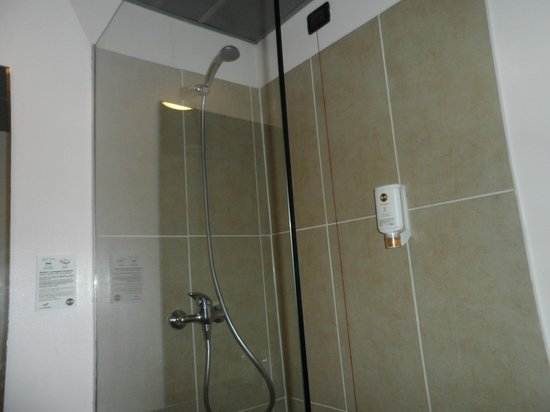 B&B Hotel Firenze City Center: The shower with no door.