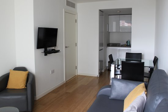 Hayes, UK: 1 Bdrm Apt - the living room, dining room, and kitchenette