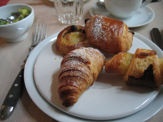 Number 11 Exclusive Guesthouse: Breakfast including a gluten-free croissant baked just for me!