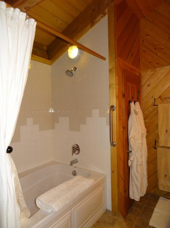 Fawnskin, CA: Bathtub and robes