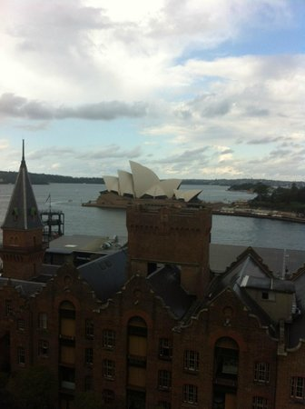 Holiday Inn Old Sydney: View of opera house from hotel -- sorry it was at rainy day