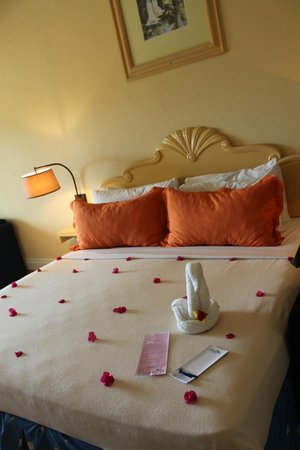 Coconut Bay Resort & Spa: King Bed with welcome  :)