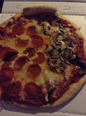 Des Plaines, IL: delicious half and half pizza!