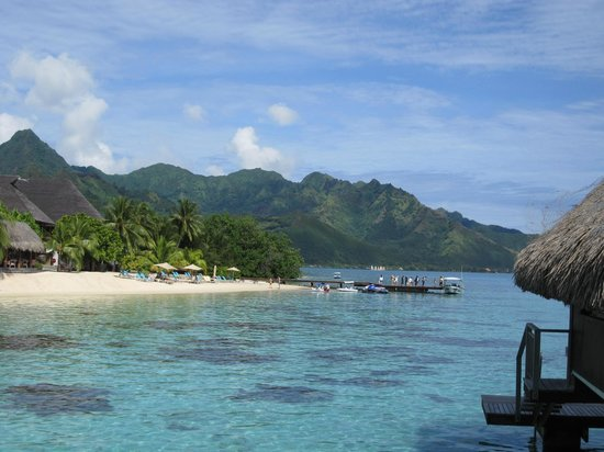 Hilton Moorea Lagoon Resort & Spa: View of beach from pontoon