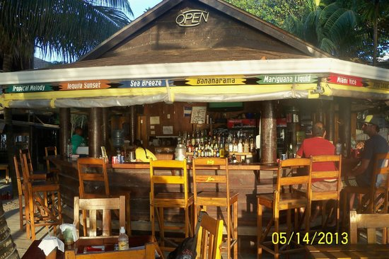 Bananarama Beach and Dive Resort: Outside bar and dining area