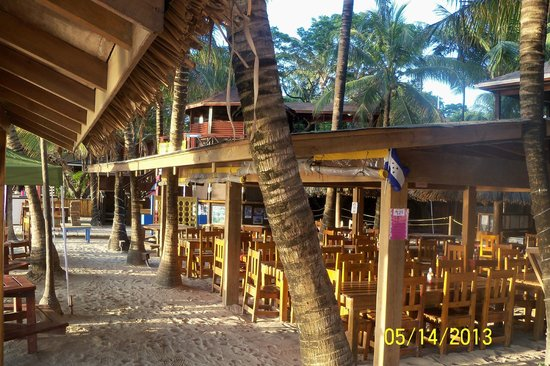 Bananarama Beach and Dive Resort: Pavallion and bar area