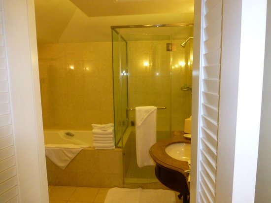 JW Marriott Ihilani Resort and Spa: big bathroom