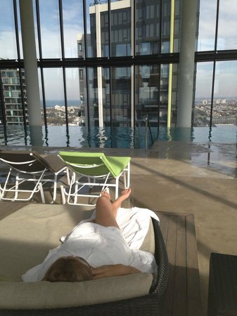 Crown Metropol Melbourne: My relaxing day bed on Level 27