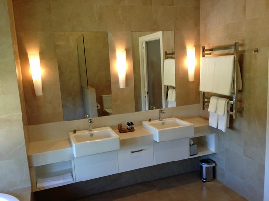 Spicers Vineyards Estate: Bathroom in new Suites