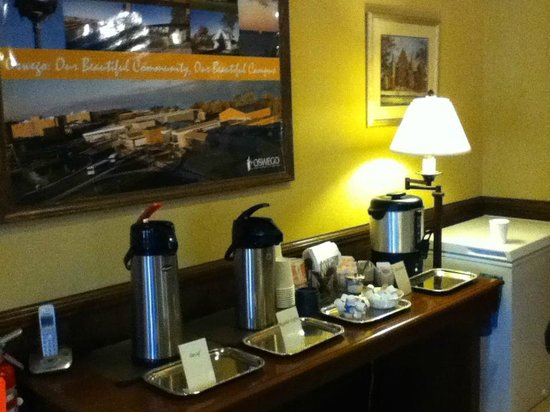 Oswego, NY: Coffee, Tea, and Hot chocolate was available in the lobby area anytime time we passed through