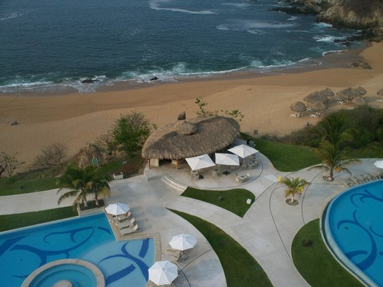 Secrets Huatulco Resort & Spa: view of pool bar from glass elevator
