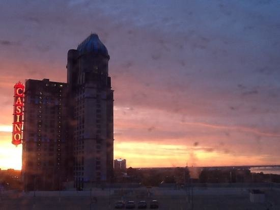 Four Points by Sheraton Niagara Falls Fallsview: view of sun rise from the 9th floor