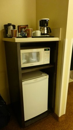 Country Inn & Suites By Carlson, Cool Springs: Microwave & Refrigerator