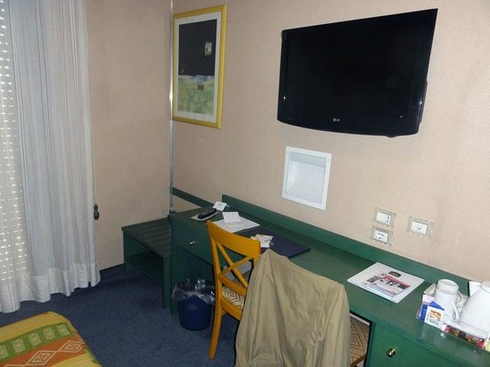 BEST WESTERN Hotel Mediterraneo: Desk and TV