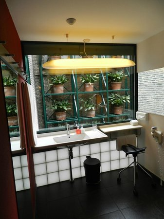 Casa Camper Hotel Barcelona : bathroom with a view