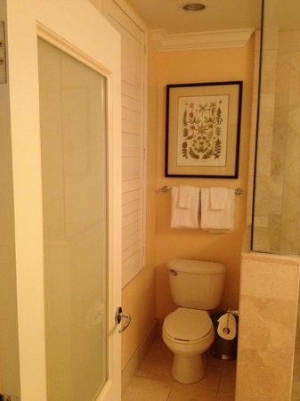 The Breakers: clean bathroom