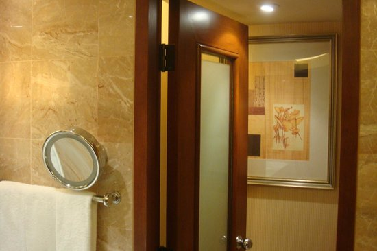 Conrad Hong Kong: Large Sized bathroom